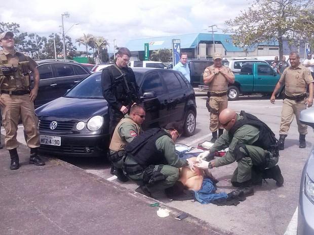 Um dos suspeitos foi baleado no estacionamento do aeroporto (Foto: Osvaldo Sagaz/Grupo RBS)