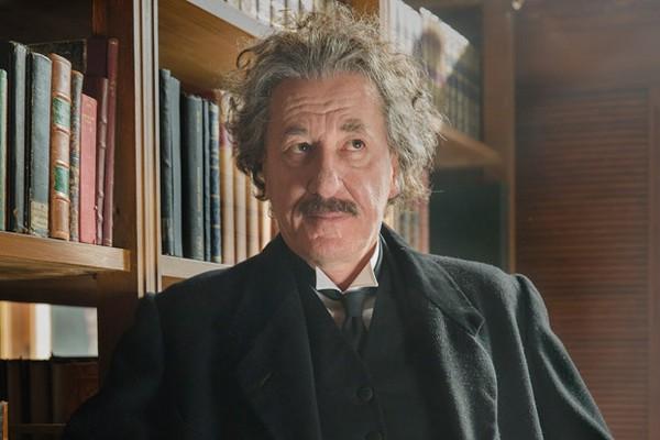 O ator Geoffrey Rush no papel do cientista Albert Einstein (Foto: Divulgação)