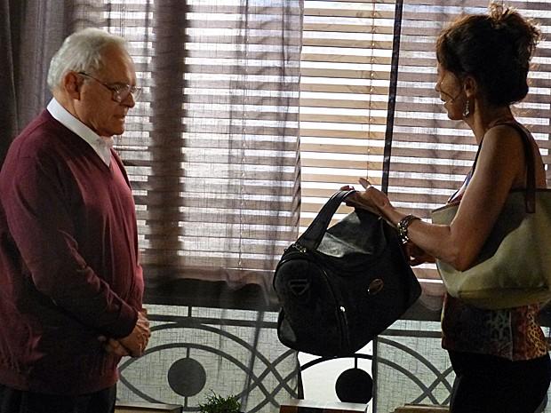 Silviano entrega o dinheiro a mando de Maria Marta (Foto: Gshow)