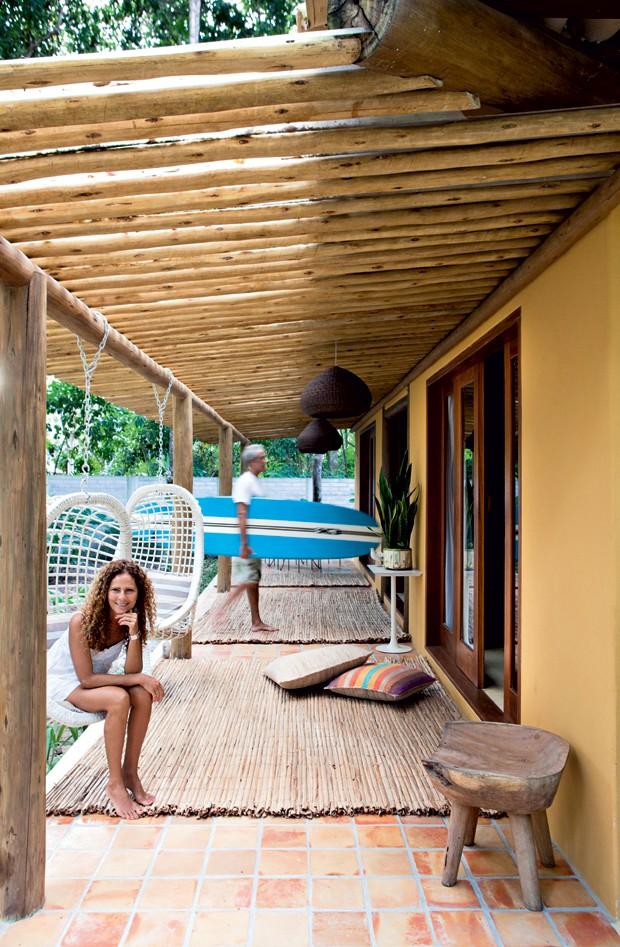 decoracao de interiores em casas de madeira:de casa de praia rústica mistura cores claras com madeira – Casa