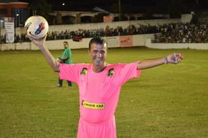 O árbitro Margarida divertiu a torcida (Foto: Tiago Campos /Globoesporte.com)