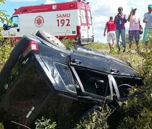 Os dois ocupantes do Uno morreram no local (Foto: Marcelino Neto/O Câmera)
