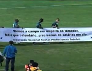 Icasa, faixa, protesto, salários (Foto: Reprodução/Premiere FC)