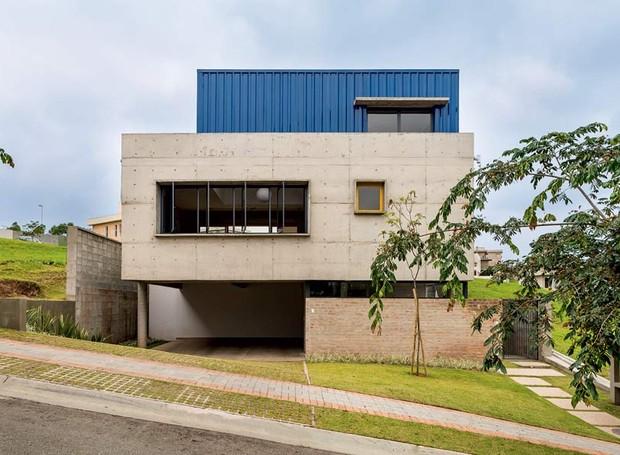 Casa mistura concreto tijolos aparentes e telhas for Casas de cemento