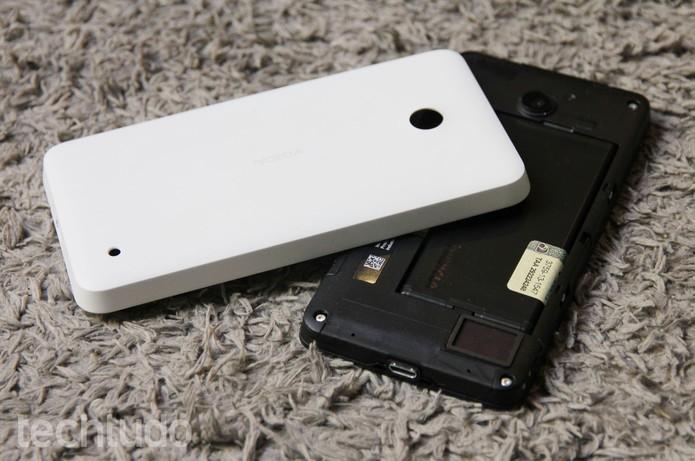 Entradas para cartão microSD e chip de operadora ficam sob a tampa traseira do Lumia 635 (Foto: Tainah Tavares/TechTudo)