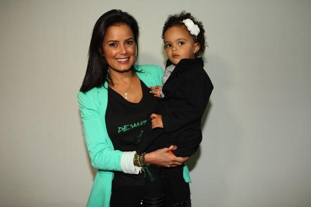 Luciele Di Camargo com a filha, Maria Eduarda, no espetáculo 'Galinha Pintadinha, o Musical', em São Paulo (Foto: Iwi Onodera/EGO)