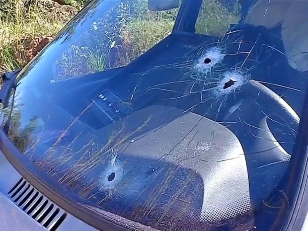 Líder da quadrilha tentou fugir em carro, atirou contra policiais e acabou morto em confronto. (Foto: Reprodução/TVCA)