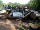 Cinco jovens morrem após carro capotar e bater em árvore, em Goiás