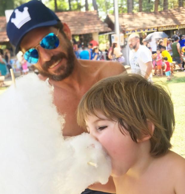Sob o olhar do paizão, Davi saboreia algodão doce (Foto: Reprodução/Instagram)