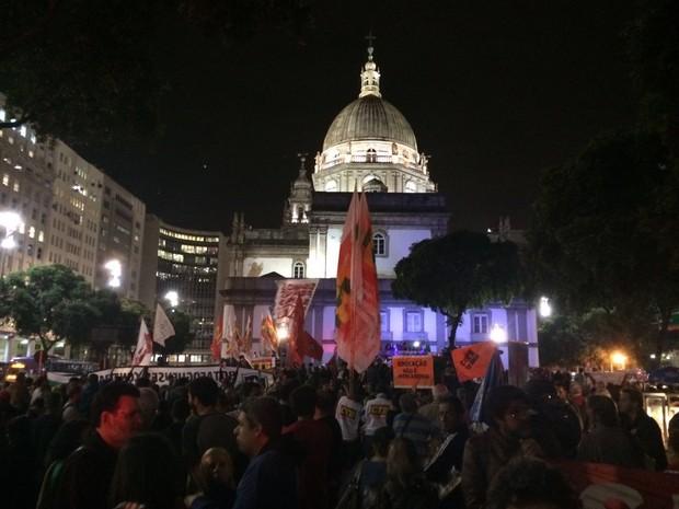 Manifestantes se concentram na Candelária para ato contra o presidente interino Michel Temer (Foto: G1)