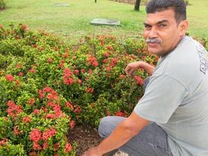 Voluciano, um dos funcionários mais antigos do jardim de Santos (Foto: Mariane Rossi/G1)