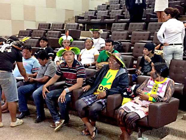 Índios que fazem parte da comissão encarregada de conversar com o ministro José Eduardo Cardozo no auditório do Ministério da Justiça (Foto: Lucas Salomão/G1)