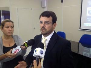 Delegado Mauro Cabral comandou coletiva que apresentou prisão de foragido (Foto: Fernando Rêgo Barros/TV Globo)