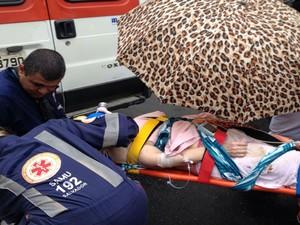 Mulher ferida foi socorrida pelo Samu (Foto: Henrique Mendes / G1)