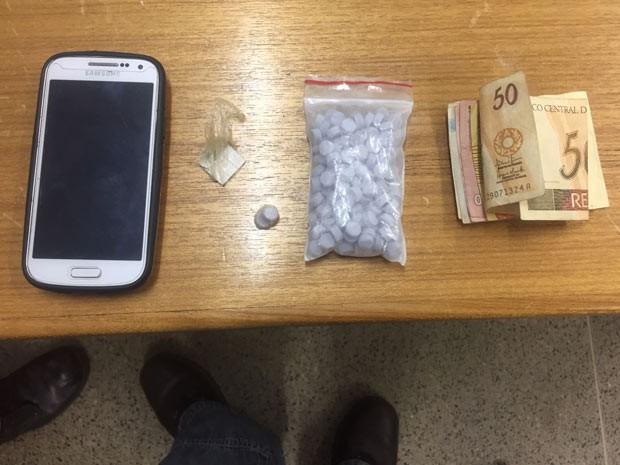 Drogas apreendias com dois jovens em Samambaia, no Distrito Federal (Foto: Polícia Civil/Divulgação)