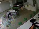 Assaltantes invadem loja de celulares com carro em Goiás; veja vídeo