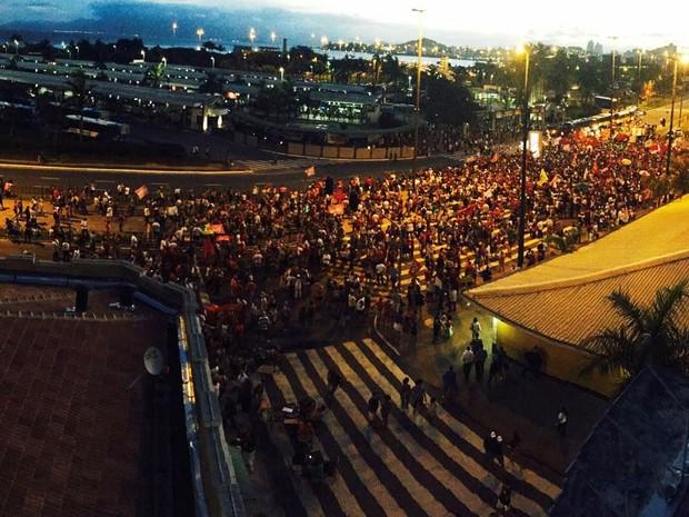 Manifestantes realizam ato pró-governo em frente ao Ticen, em Florianópolis (Foto: Kíria Meurer/RBS TV)