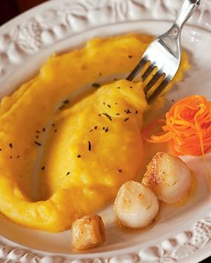 Vieiras gratinadas com purê de mandioquinha e espaguete de cenoura (Foto:  )