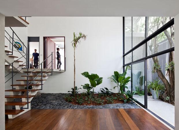 Reforma em casa dos anos 70 traz o jardim para dentro de casa (Foto: Maira Acayaba/Divulgação)
