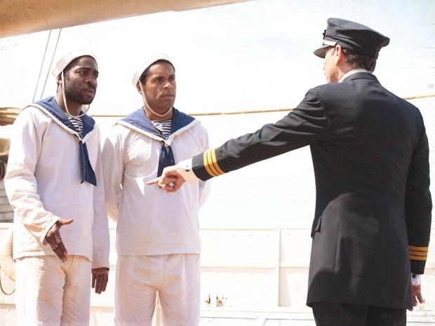 Zé Maria (Lázaro Ramos) e Chico (César Mello) são expulsos da Marinha! (Foto: Lado a Lado/TV Globo)