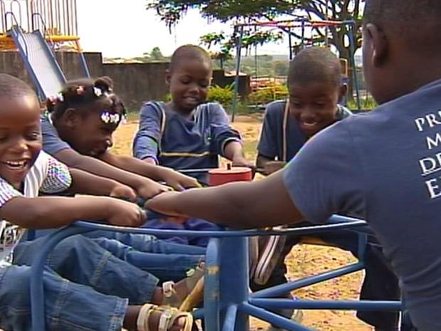 Crianças se sentem mais livres no Brasil (Foto: Reprodução / TV TEM)