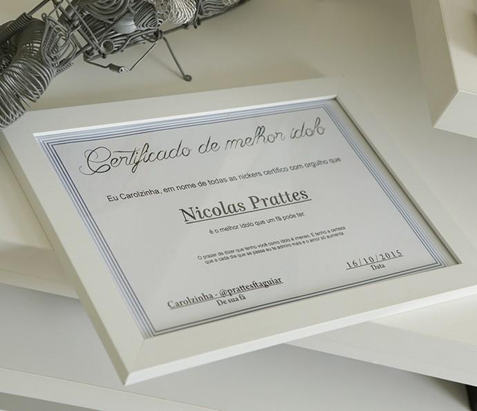 Nicolas Prattes tem certificado que ganhou de fã (Foto: Felipe Monteiro/Gshow)