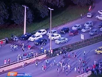 Manifestantes usaram pedaços de madeira para bloquear a Estrutural (Foto: TV Globo/Reprodução)