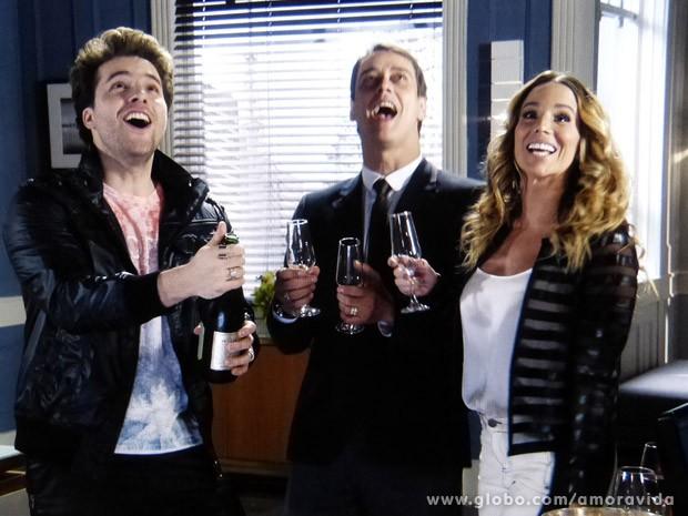 Niko, Eron e Amarilys comemoram juntos (Foto: Amor à Vida / TV Globo)