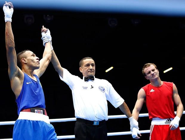 Robenilson Vieira na luta de boxe em Londres contra o russo Sergey Vodopiyanov (Foto: Reuters)