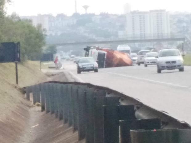 Motorista não ficou ferido no acidente (Foto: Rafael Elias/TEM Você)
