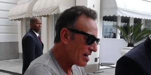 Bruce Springsteen atende fãs na saída do hotel (VC no G1)