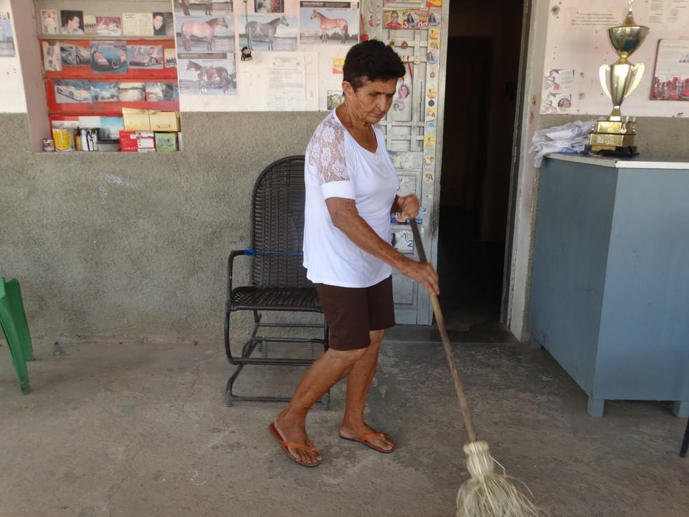 Idosa realiza todos os afazeres domésticos antes de ir para a cidade-teatro (Foto: Joalline Nascimento/G1)