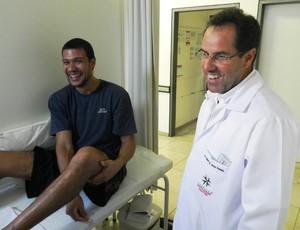 Valtinho, armador do Uberlândias Basquete conversa com médico Cleber de Jesus, durante troca de curativo (Foto: Felipe Santos/GLOBOESPORTE.COM)