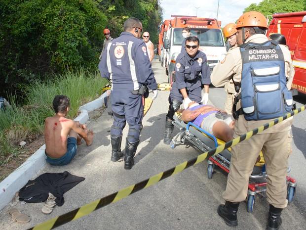 Corpo de Bombeiros e Samu atenderam as vítimas da capotagem, em João Pessoa (Foto: Walter Paparazzo/G1)