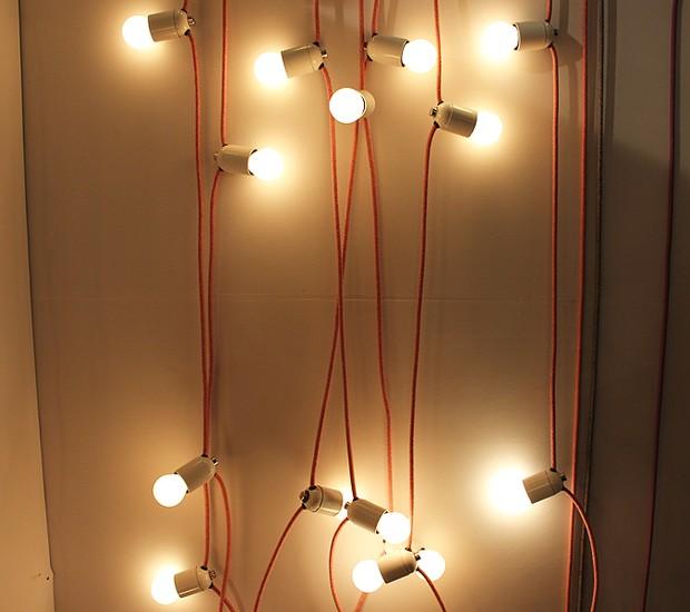 A Licht Design trouxe para a Paralela Gift suas luminárias com cabos elétricos revestidos de algodão e poliéster. Todas as peças são artesanais. www.lichtdesign.com.br (Foto: Casa e Jardim)