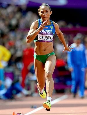 Keila Costa na prova de salto triplo em Londres (Foto: AFP)