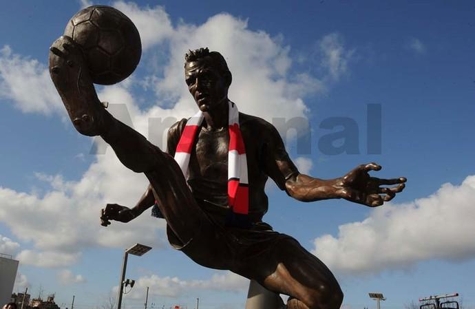Estátua do Bergkamp no Arsenal  (Foto: Divulgação/Site Oficial)