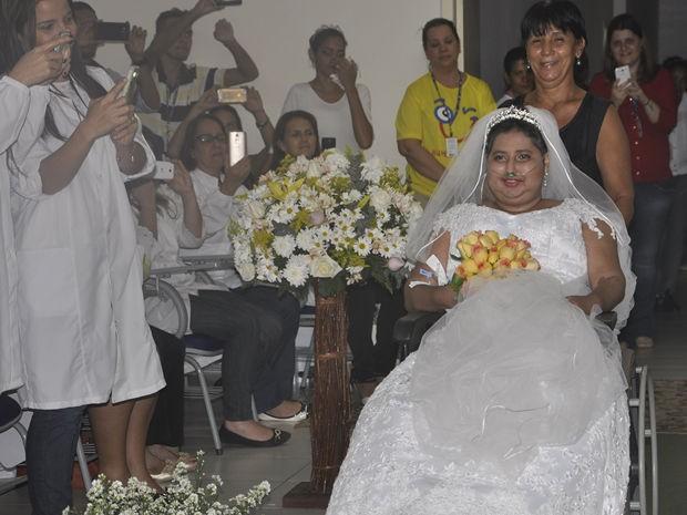 Noiva está na cadeira de rodas há quatro meses e foi levada ao altar pela mãe (Foto: Kelly Martins/G1 MT)