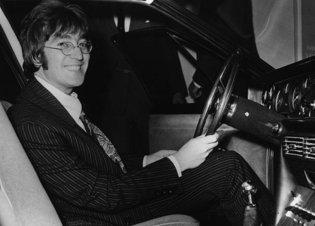 John Lennon em seu Austin Princess 1956 (Foto: Getty Images)