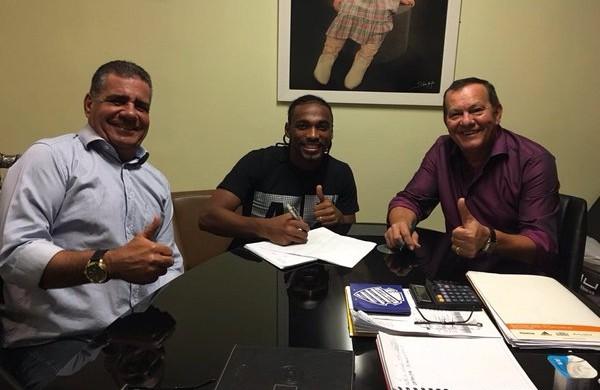 Jean Cleber renova contrato com o CSA (Foto: Divulgação/CSA)