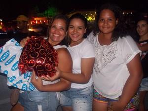 Mãe acompanha filha e sobrinha que são fãs de Luan Santana (Foto: Henrique Mendes/G1)