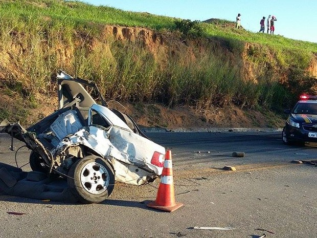Carro ficou partido ao meio (Foto: Dulcides Netto - Do G1 Norte Fluminense)