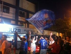 Torcida do Goytacaz festeja primeira vitória nos tribunais (Foto: Priscilla Alves / Globoesporte.com)