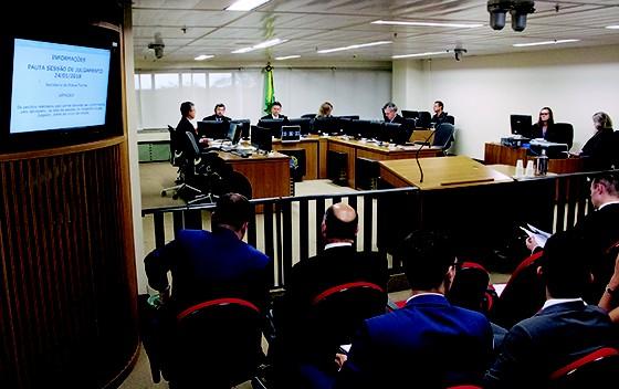 3 X 0  Desembargadores durante o julgamento de Lula no TRF4, na semana passada. A lei impede um condenado de ser candidato, mas Lula fará campanha apelando a recursos (Foto:  Sylvio Sirangelo/Trf4)