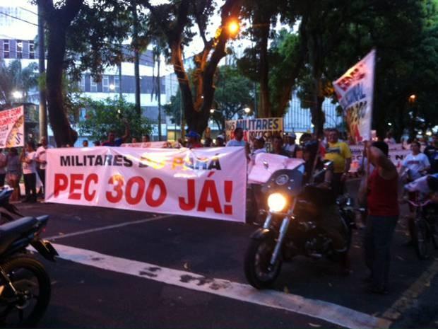 Militares querem a equiparação salarial entre bombeiros e policiais (Foto: G1)