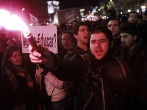 Estudante protesta em Madri contra cortes de orgamento da educação. (Foto: Andres Kudacki / AP Photo)