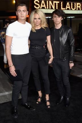 Pamela Anderson com os filhos, Brandon Thomas Lee e Dylan Lee, em evento de moda em Los Angeles, nos Estados Unidos (Foto: Larry Busacca/ Getty Images/ AFP)