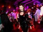 Sem Chay Suede, Laura Neiva curte festa vestida de Mulher Gato