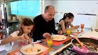 Pai ensina a fazer camarão cremoso, a receita preferida das filhas