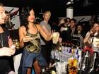 Após show, Rihanna dá uma de bartender em festa na Suécia